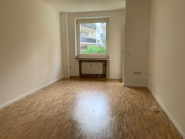 Helle frisch renovierte 2 Zimmer Wohnung mit Balkon und Gartennutzung in ruhiger Lage in D-Benrath!