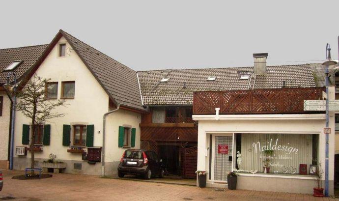 Älteres Haus mit Wohnungen und Laden