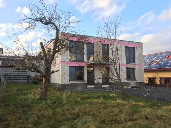 Attraktive, lichtdurchflutete Neubauwohnung OG in Zweifamilienhaus, Erstbezug zum 1.7.2020