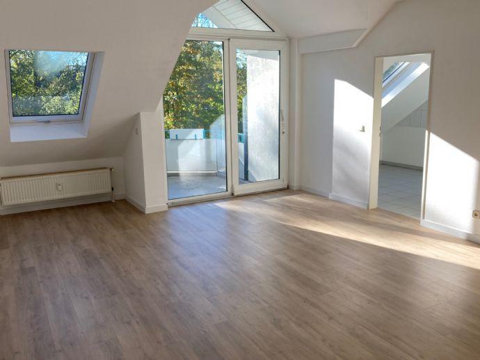 Wohnambiente pur: moderne und sehr gepflegte DG-Wohnung mit Sonnen-Balkon - neuwertiger Vinylboden i