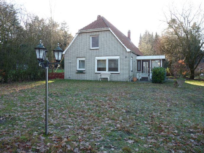 Älteres Haus auf großem Grundstück mit Wäldchen