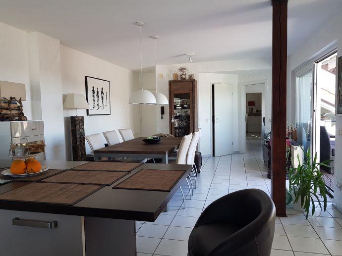 Helle neuwertige Wohnung inkl. hochwertige Einbauküche, modernem Bad und Loggia/Balkon in Sonnenlage