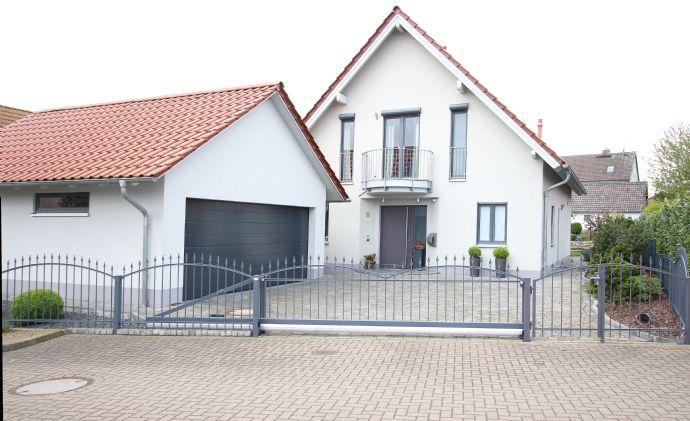 Hohenassel: Exklusives EFH in einem sehr modernen Stil mit äußerst gepflegter Außenanlage