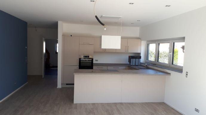 Neubau: 4-Zimmer-Wohnung mit Einbauküche und Garten