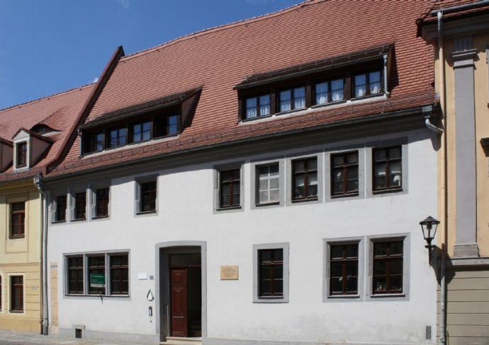 Im Herzen der Pirnaer Altstadt: 2-Raum-Erdgeschosswohnung mit Balkon