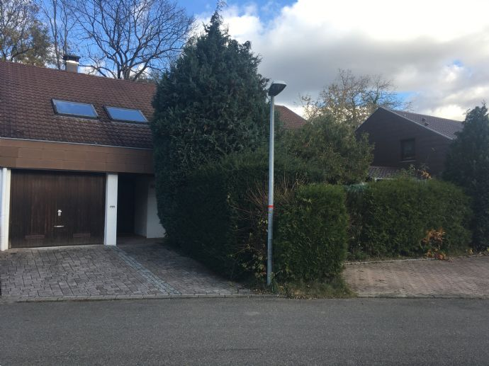 Einfamilienhaus mit Ausbaufläche ca. 190 m², Garten, Terrasse, Garage, Stellplätze, sanierungsbedürftig