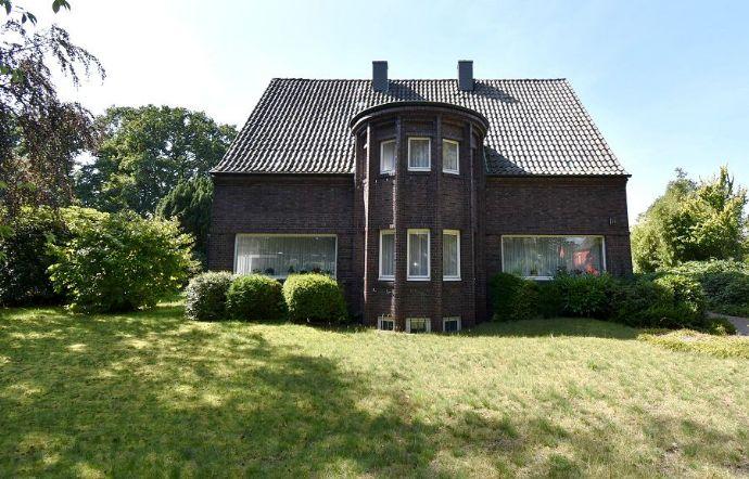 Charmantes, großzügiges Einfamilienhaus mit Liebe zum Detail in grüner Allee!