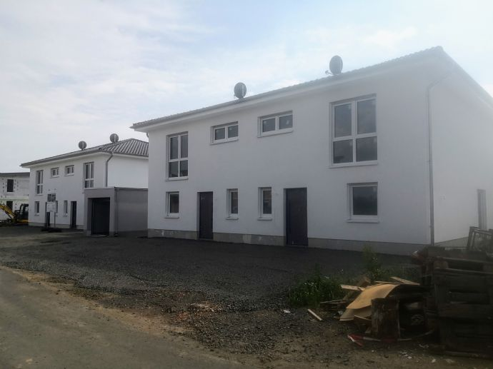 Moderne, neue Doppelhaushälften im Neubaugebiet Roter Rain, kurzfristig Bezugsfertig.