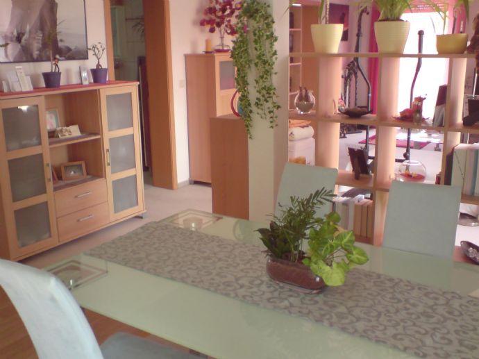 Tolle frisch renovierte Dachgeschosswohnung im Grünen wartet auf Ihren Einzug!
