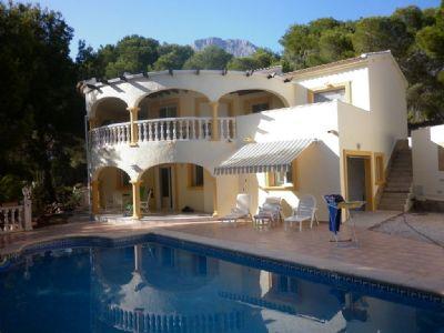 Ferienhaus mit grossem Pool und Aussendusche. Nähe Golfplätze.