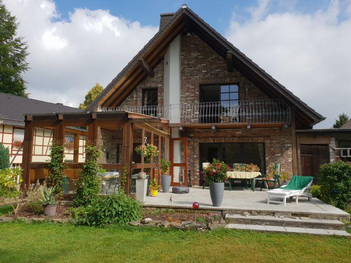 RESERVIERT !! Helles lichtdurchflutetes Einfamilienhaus mit großem Garten und zwei Garagen