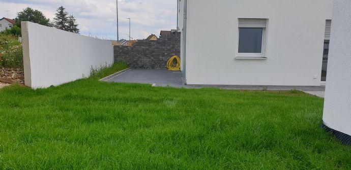 Sonnige KfW 55-Standard DHH inkl. 2 Bädern, 2 Terrassen, Garten, Garage und Stellplatz erwartet Sie