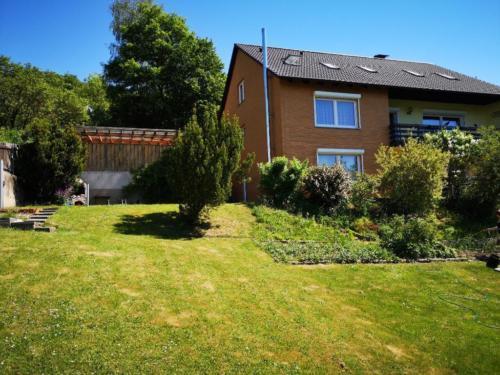 Wunderschönes 1-2 Familienhaus mit Einliegerwohnung mit Fernblick und sonnigem Garten .