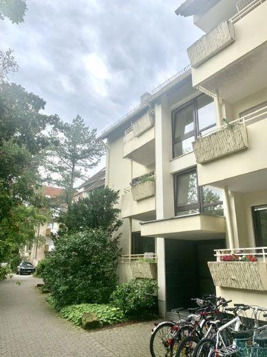 Renovierte 3-Zimmer-DG-Wohnung mit TG-Stellplatz in Fußnähe zu den Kliniken