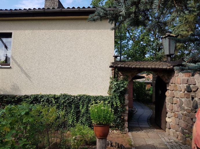 Attraktives Eigenheim auf großem Grundstück - Aufstockung - sowie weiteres Einfamilienhaus möglich