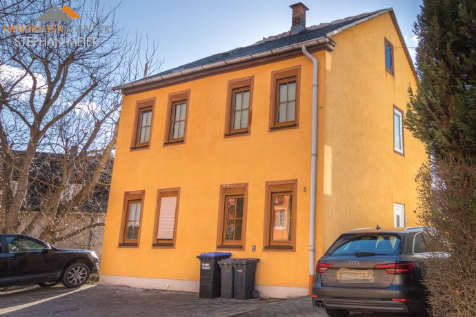 Einfamilienhaus in bevorzugter Wohnlage   2 getrennte Wohnungen   3 Stellplätze   Nebengebäude   Dachausbau möglich   Kapitalanlage!