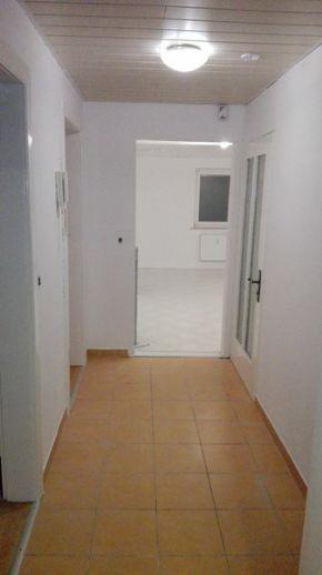 Renovierte 4 Raum EG Wohnung, Balkon, Einbauküche etc.